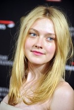 Dakota Fanning makes fake cell calls!